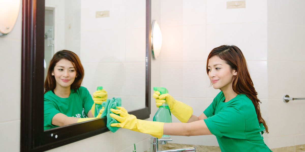 helper cleaning mirror